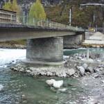 Eine Behelfsbrücke wird errichtet