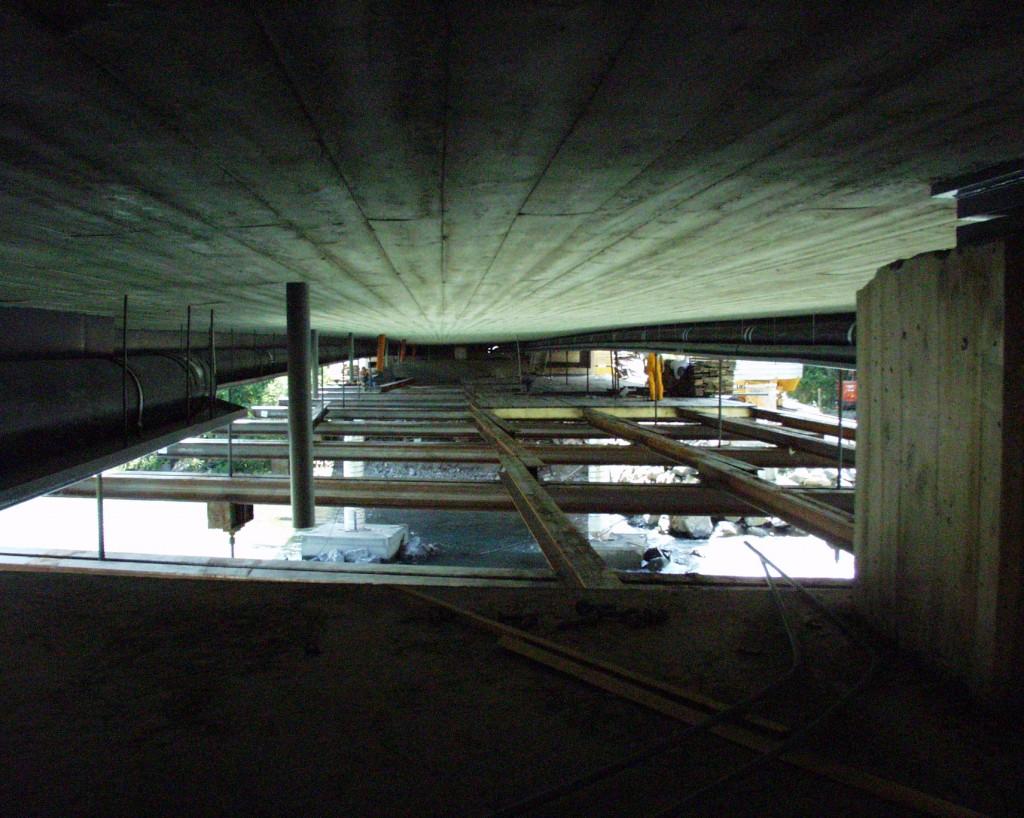 Die Untersicht der Verbundplatte mit Rohreinbauten