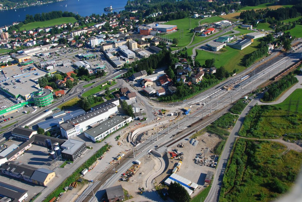 Rad- und Fußwegunterführung, rechts der neue Bahnhof